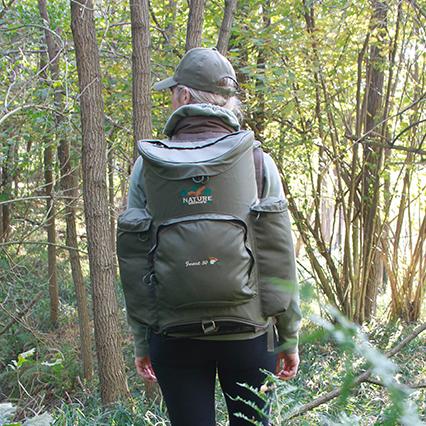Ragazza in un bosco con lo zaino per la raccolta funghi forest 50 rf